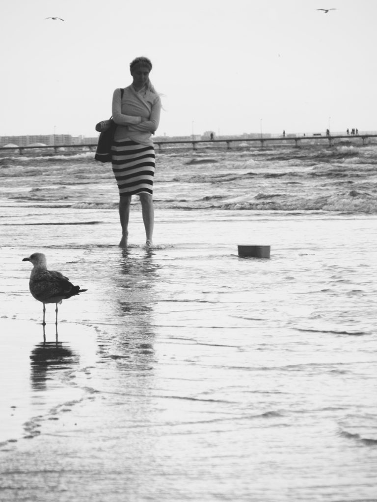 fata la marea neagra dupa furtuna alb negru constanta