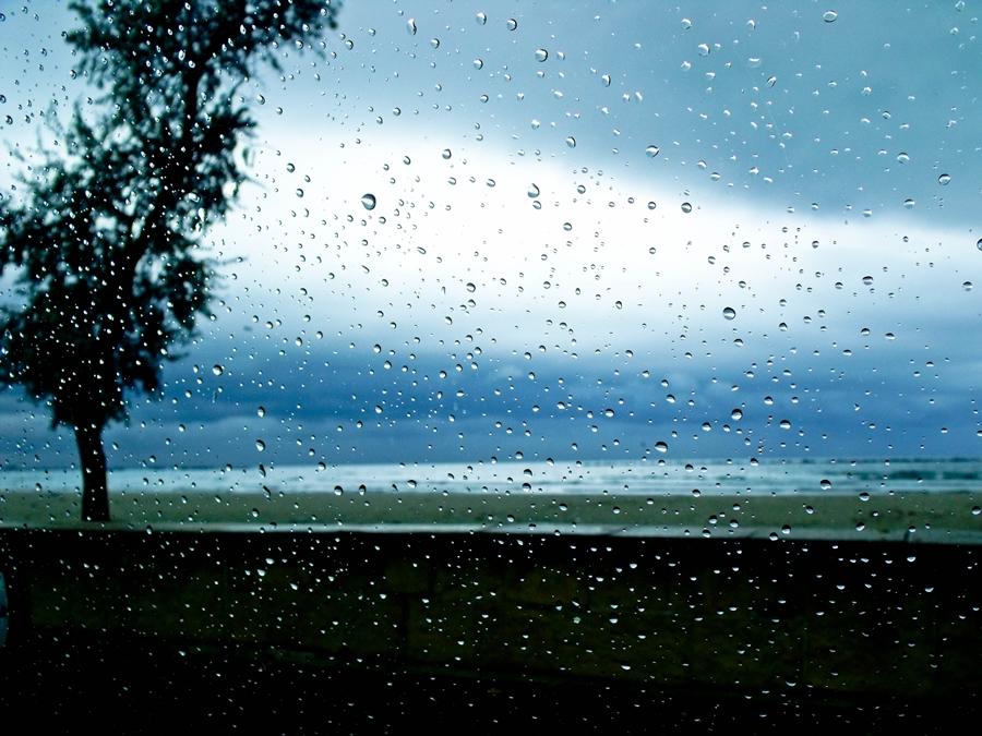 picaturi de ploaie pe geam marea neagra