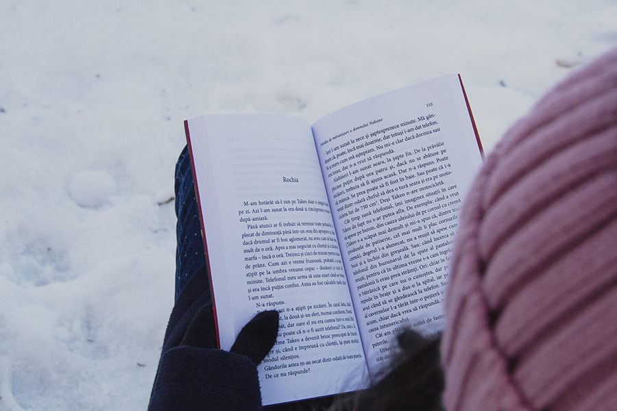 fata care citeste carte iarna