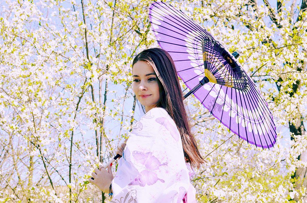 yukata cu fluturi mov si funda roz cu flori de cires primavara