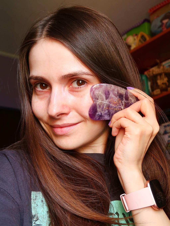 notino skincare accessories accesorii pentru ingrijirea tenului piatra gua sha crystallove face roller facial quartz roz
